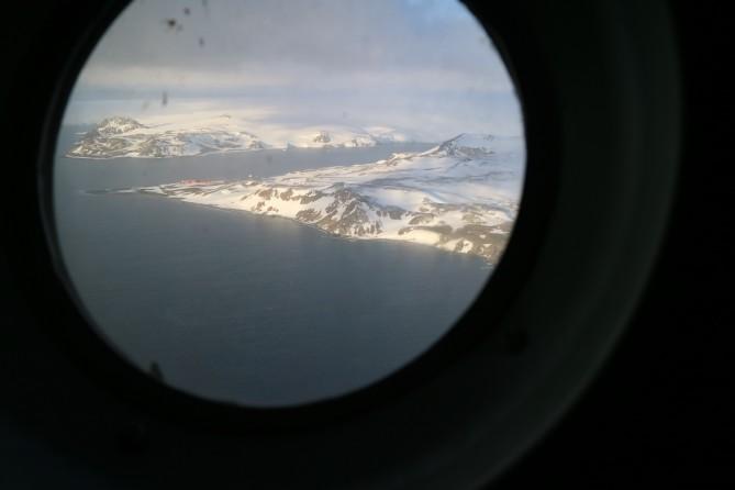 공군기 창 바깥으로 남극이 보인다. 남극에 왔다니 도착한다니, 꿈만 같다! - 전현정 제공